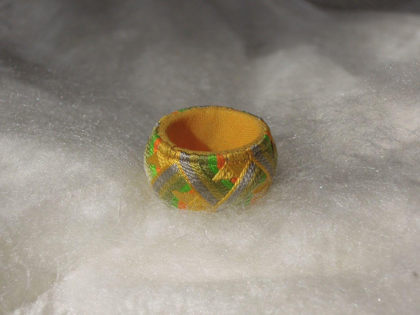 Yubinuki  指ぬき ゆびぬき - Bague en fil de soie - Hand made - Sorbet agrume - Dè à coudre traditionnel par YubinukiROYAL sur Etsy https://www.etsy.com/fr/listing/253253523/yubinuki-zhnukiyubinuki-bague-en-fil-de