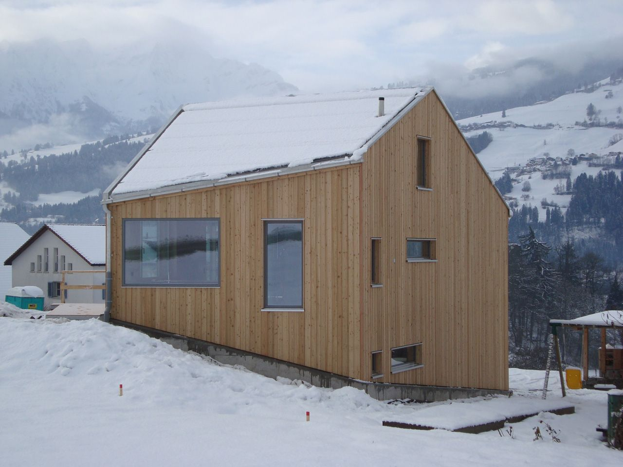 Gemütliches Ferienhaus mit heimeligen Holz, das sich aussen und ...