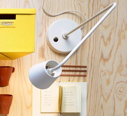 Komposition med en gul låda, en vit arbetslampa, bilder i rosa och grått, en gul klocka, påslakanset i grått/gult/orange, bruna muggar och en vit förvaringslåda, alltihop från IKEA.