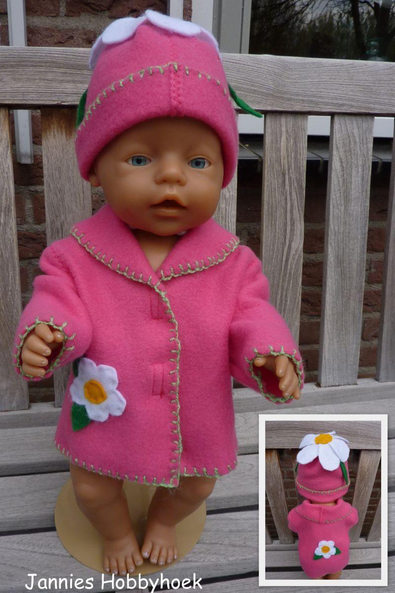 Jas en  muts met vilten bloemen,  Materiaal: fleece. Voor BabyBorn 43 cm. Patroon Christel Dekker