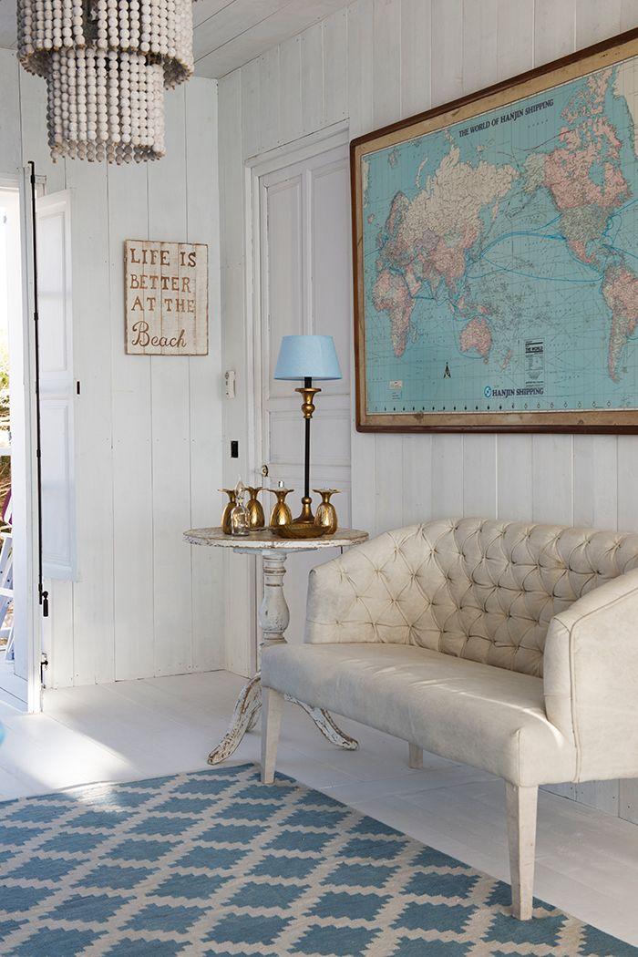 Recibidor blanco y azul con banco acolchado y mapa del mundo ...