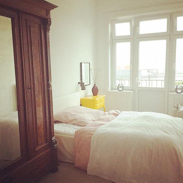Yellow Detail  Immernoch zufrieden mit der damaligen Entscheidung das kleine Ding knallgelb zu lackieren ️  #bedroom #chippendale #DIY #gelb #germaninteriorbloggers #hafen #Hamburg #homedecor #homedetails #homeinspo #homeinterior4you #homestyling #instahome #instainspo #interieur #interior #interior444 #yellow #yellowdetails