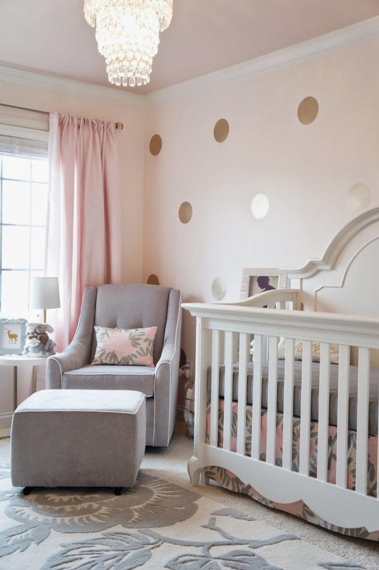Babyzimmer Grau Rosa Gold Teppich Blumenmuster Kronleuchter