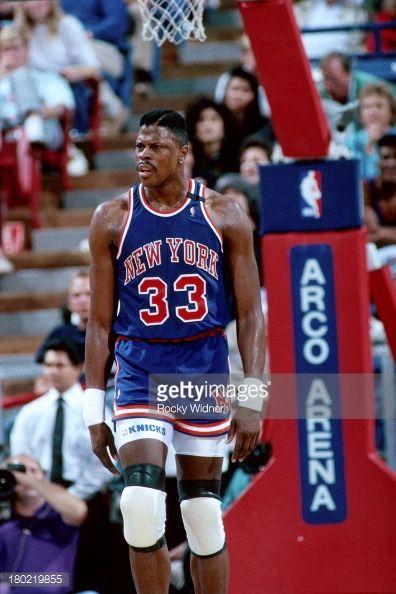 Fotografia de notícias : Patrick Ewing of the New York Knicks walks...