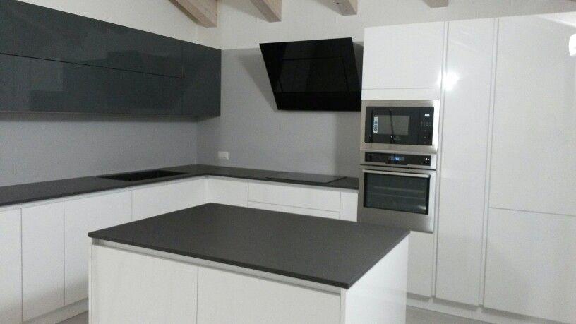 Cucina bianca e grigia lucida (top marengo suede opaco ) | кухни ...