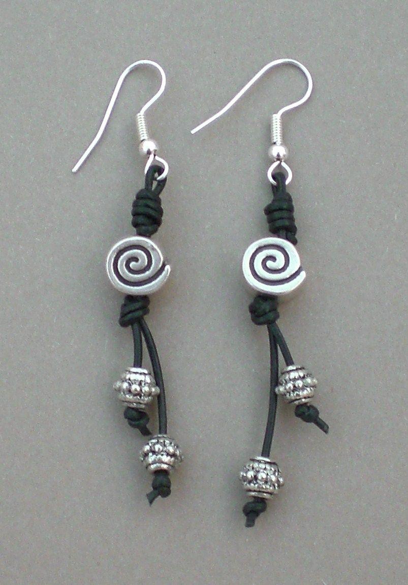 e40362f85dc3 Pendientes realizados con cordón de cuero en color negro