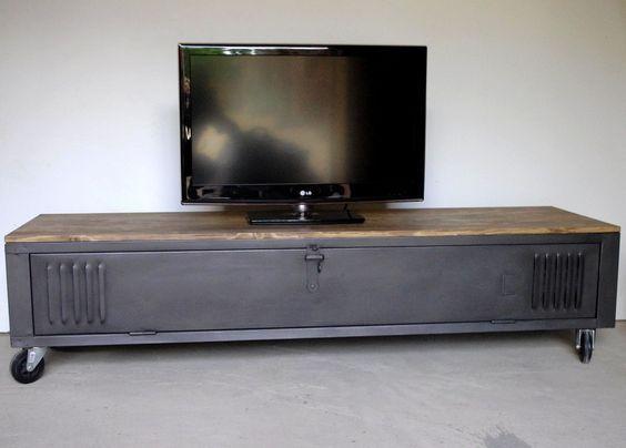 Vestiaire transformé en meuble TV industriel, metal et bois avec des