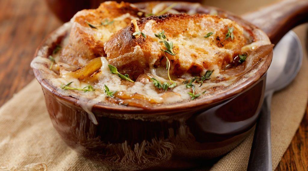 I consigli per preparare la zuppa di cipolle
