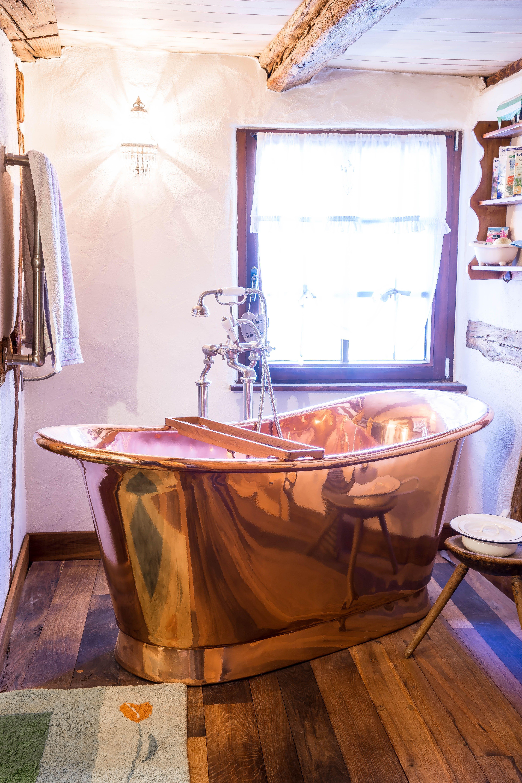 Ein Traum Aus Kupfer Die Freistehende Badewanne Cuprosa Zieht Alle Blicke Auf Sich Daruber Hinaus Bietet Sie Naturlic Badewanne Traditionelle Bader Wanne