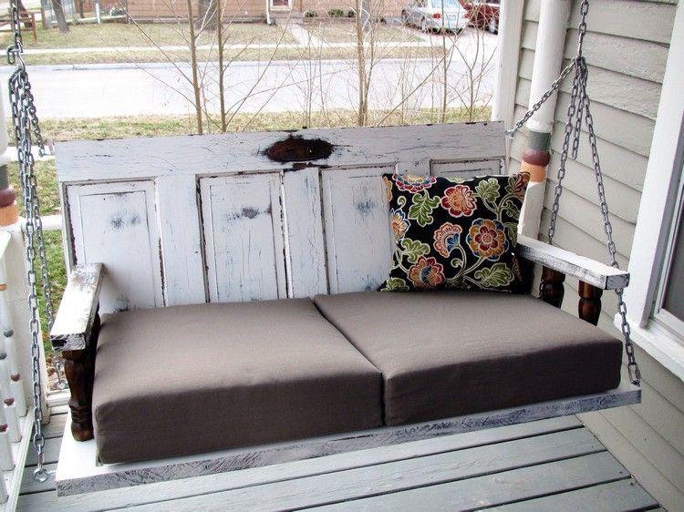 veranda schaukel aus zwei holzt ren bauen und mit weichen sitzkissen komfortabel machen dies. Black Bedroom Furniture Sets. Home Design Ideas