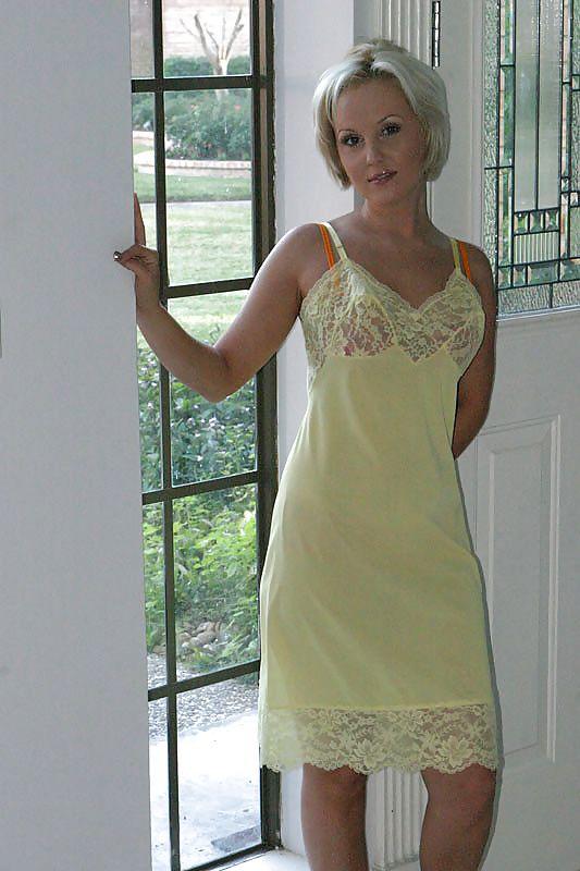 Сзади зрелые женщины в ночных рубашках фото