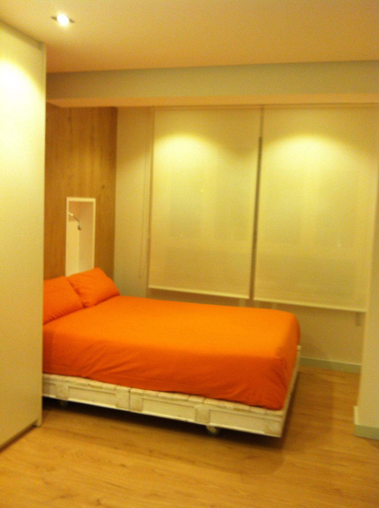 Habitacion juvenil, base cama hecha con palets pintados en blanco ...
