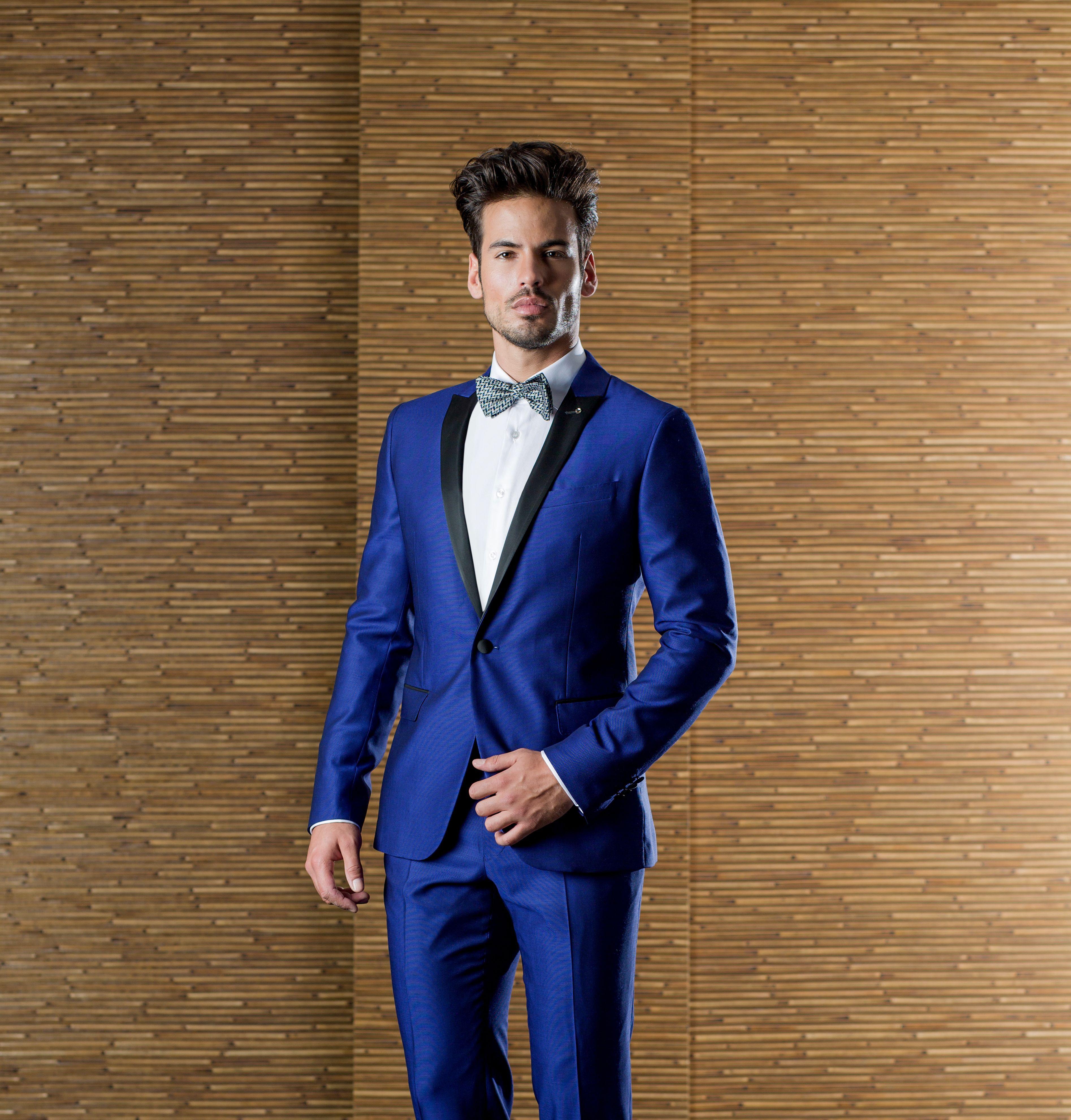 e5f6b5bf3925 Smoking azul Klein satinado con solapa en raso negro y pajarita ...