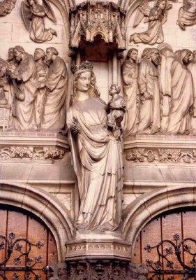 OLV ten Poel te Tienen.Het beeld is een kopie, vervaardigd door de Leuvense beeldhouwer Benoit Van Uytvonck (1913) en werd geschonken door Anne Spinnox, de gouvernante van pastoor Oudens. Het bevindt zich buiten in het portaal van de kerk.