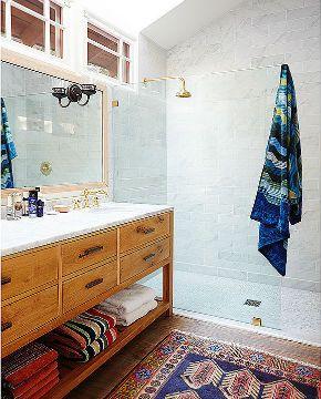 Benji Madden, guitarrista da banda Good Charlotte e cunhado da atriz Nicole Richie, tem uma bela casa, mas surpreendeu ao decorar o banheiro com toques sutis (Foto: Reprodução/Domaine Home)