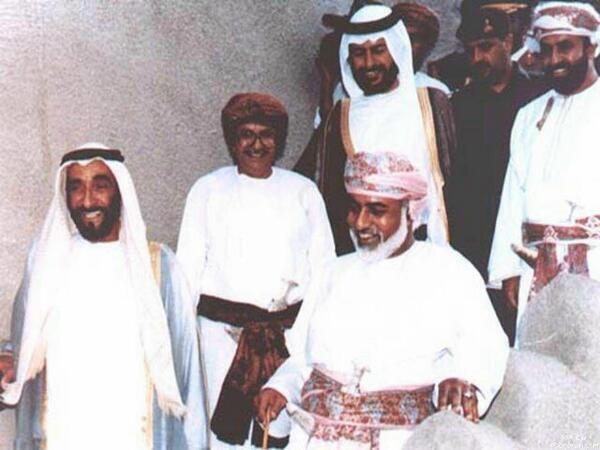 صورة باسمة تجمع الشيخ زايد بن سلطان ال نهيان رحمه الله والسلطان قابوس بن سعيد ال سعيد Sultan Oman Sultan Qaboos Beautiful Arabic Words