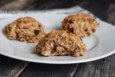 Super simpele banaan havermout koekjes! Heerlijk als gezond ontbijtje of als snack. Low FODMAP, glutenvrij, lactosevrij en vegan.