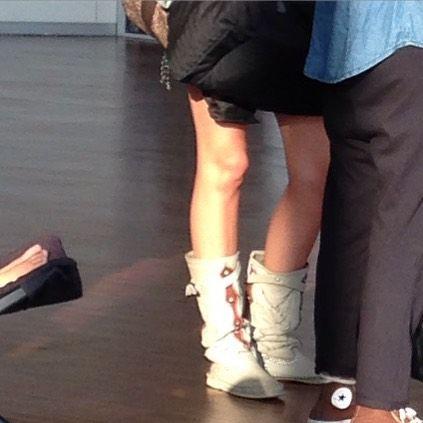 #ElisaDOspina Elisa D'Ospina: Riapro la rubrica chic&shock visto che molti di voi ci chiedevano se i look che arrivavano in trasmissione li forzavamo noi: purtroppo no! Qui un esempio di chi indossa gli shorts e stivali con 40 gradi #chic&shock @dettofattorai
