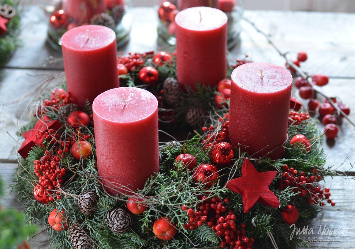 jutta nowak adventsausstellung 2015 kranz mit rotem pfeffer zier pfeln kugeln und zapfen. Black Bedroom Furniture Sets. Home Design Ideas