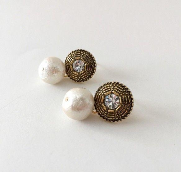 *** classical flower with pearl ***直線的なお花の模様がクラシカルなボタンとコットンパールを合わせた、ベーシックなデザインの... ハンドメイド、手作り、手仕事品の通販・販売・購入ならCreema。
