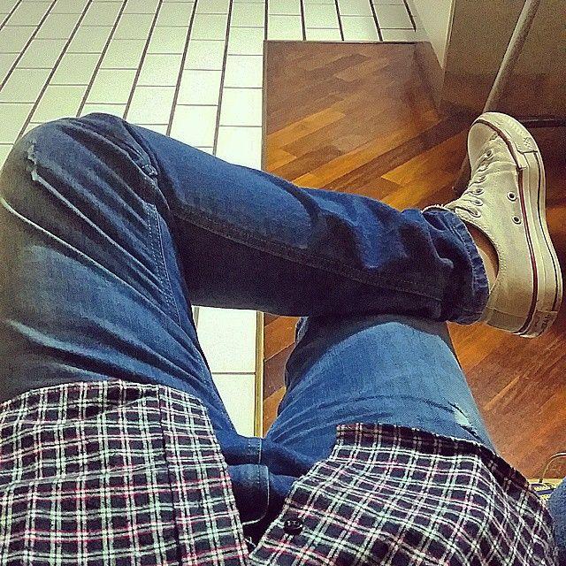 .. sono stanco di cantare sotto una finestra che non sapre mai. #briga #lestessemolecole #amici14 #me #girl #cool #amazing #converse #jeans #song #thinking #chilling #astare #follow #f4f #camicia #shirt #blouse