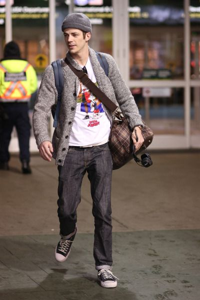 """Grant Gustin arrives at YVR Airport from Los Angeles where he recently filmed a crossover episode between """"Flash"""" and """"Supergirl"""" [HQ]"""