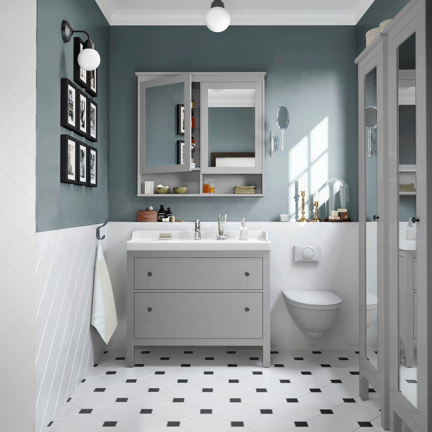 Elegantes Badezimmer in hellen Farben | Spiegelschrank ...