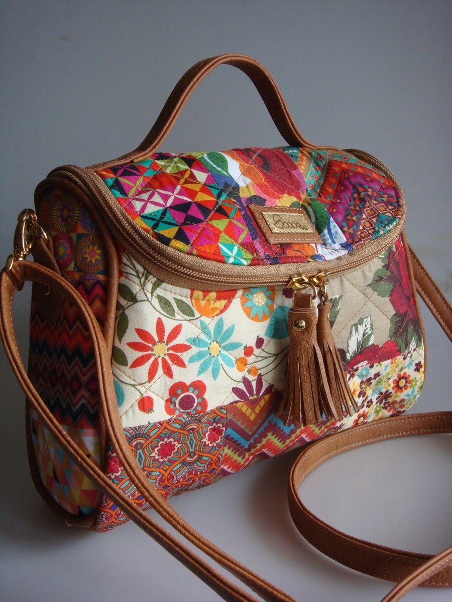77b8d5789 Bolsa feita de tecido de algodão quiltada, detalhes e alça de couro  ecológico.