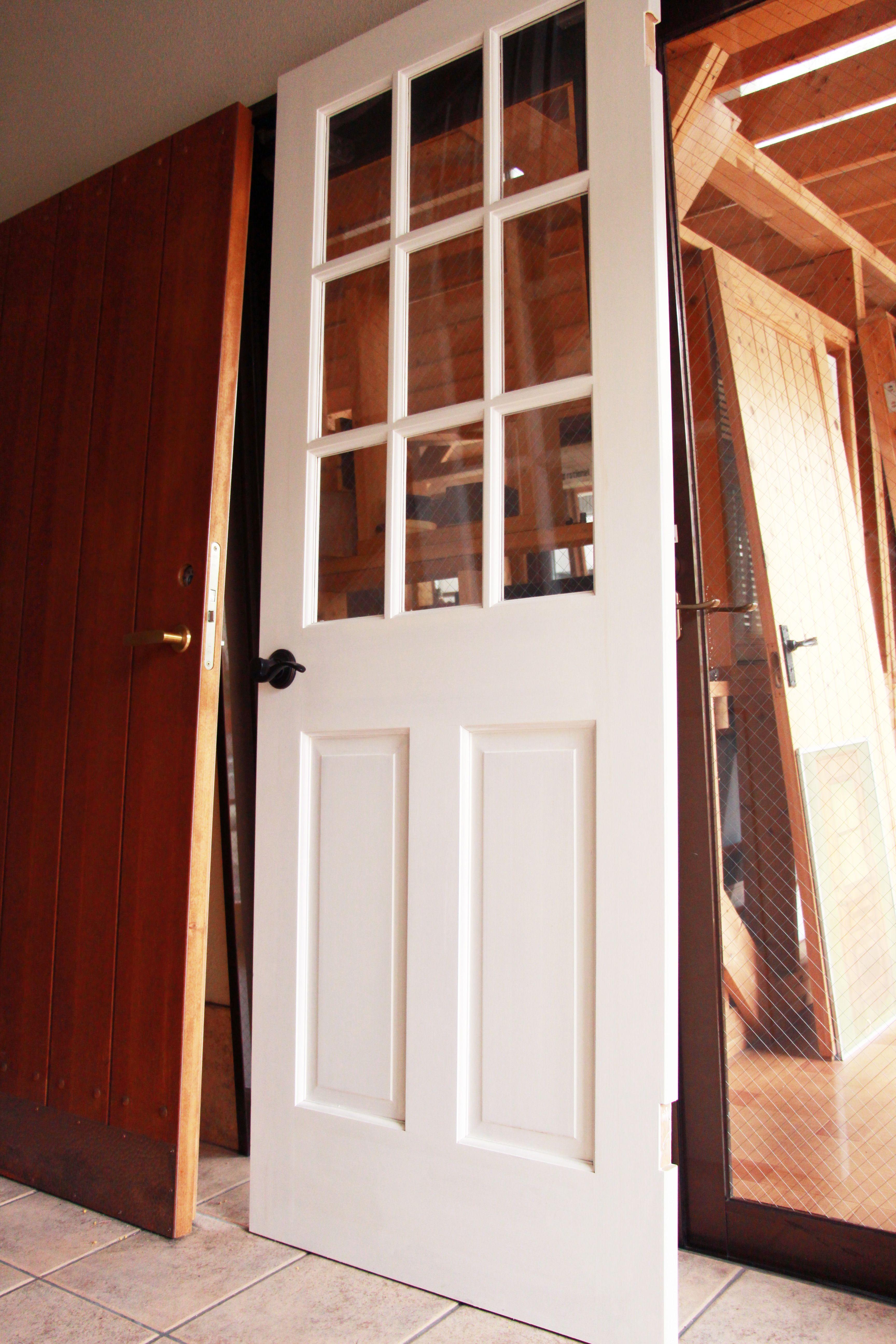 大阪ショールームで展示中のドアをご紹介 人気のehシリーズの室内ドアです 紫外線に強く耐候性に優れたオスモカラー カントリーカラーのホワイト色で塗装しています 他にも はがし加工やひび加工などを施したヴィンテージ塗装 雰囲気たっぷりのアンティーク