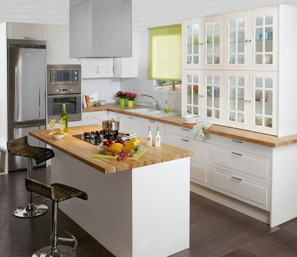 Cocina blanca y encimera madera con baldosas metro blancas for Baldosas cocina