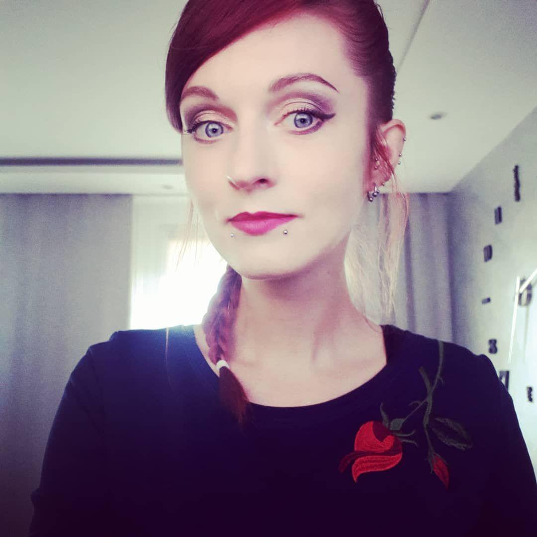 Chillout niedzielny, spanie do 13, wybieranie z przepisów ciast na święta, troling z książką na balkonie . . . Czego chcieć więcej 💓 #flowers #tatuaże #inkgirl #alternativegirl #ink #redhead #alternativemodel #piercing #piercings #portret #portrait #selfie #labretpiercing #doublelabret #rockgirl #ddobinsta #rockstyle #tattooworld #vegangirl #redpower #redhair #veganqueen #inkadict