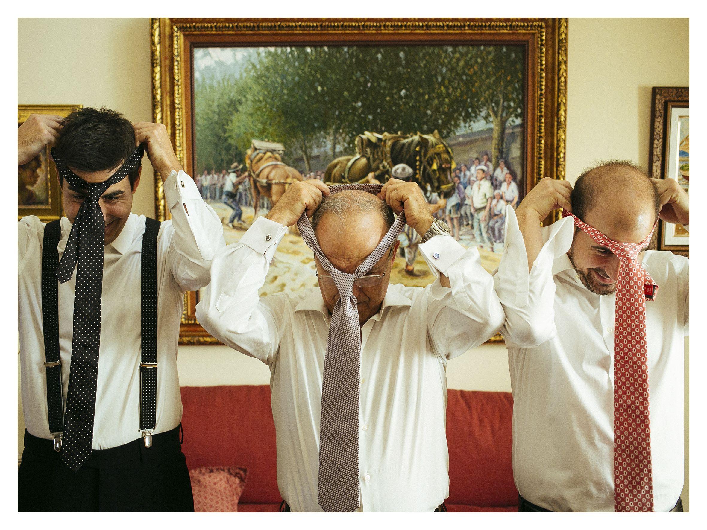 Novio, padre y hermano poniéndose la corbata by @fandi_es #novio #groom #groomsmen #noivo #bestman #corbata #tie