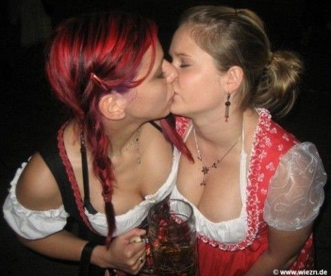 girls kissing Oktoberfest