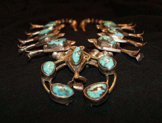 Ancienne pièce en argent des indiens Zuni (Nouveau Mexique).  Trois types de turquoise de qualité ont été identifiés dans ce collier : Morenci, Cerrillus et turquoise de la vallée de Pinto.  Ce bijoux fait à la main, transmis de génération en génération,  a été réparé par une turquoise ajoutée si un morceau de turquoise manquait.