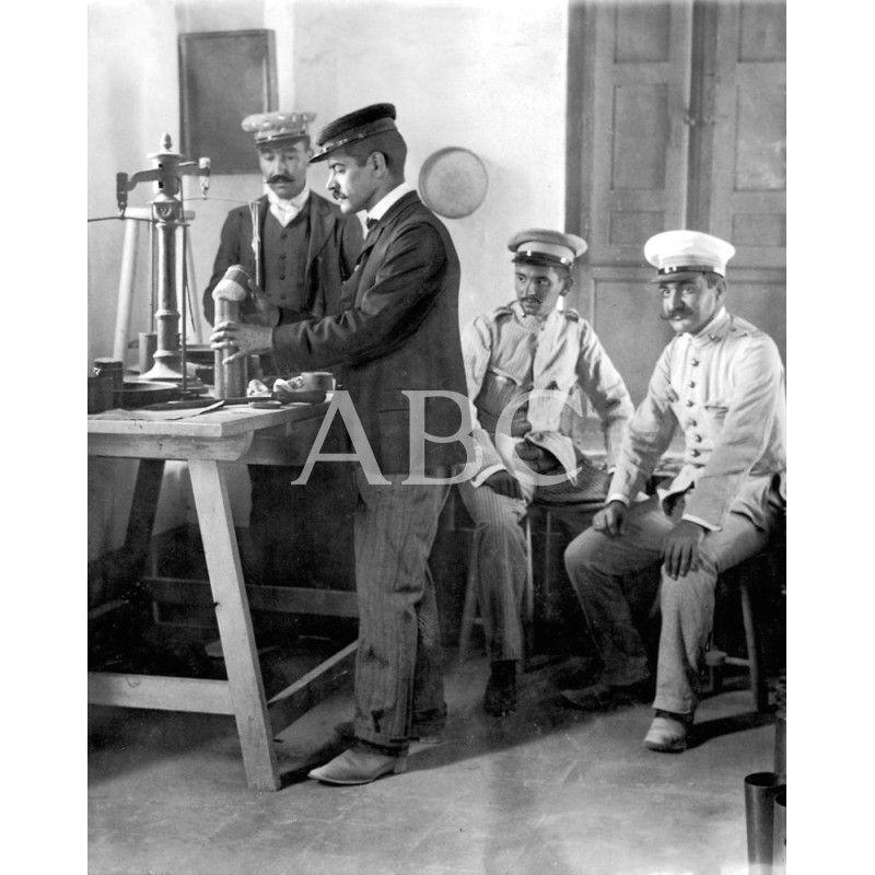 EN EL PUENTE DE SAN MIGUEL. LA CARGA DE PROYECTILES DE ARTILLERÍA. LOS ARTIFICIEROS INTRODUCIENDO PÓLVORA EN LOS CARTUCHOS METÁLICOS PARA LOS CAÑONES SCHNEIDER: 09/1909Descarga y compra fotografías históricas en   abcfoto.abc.es