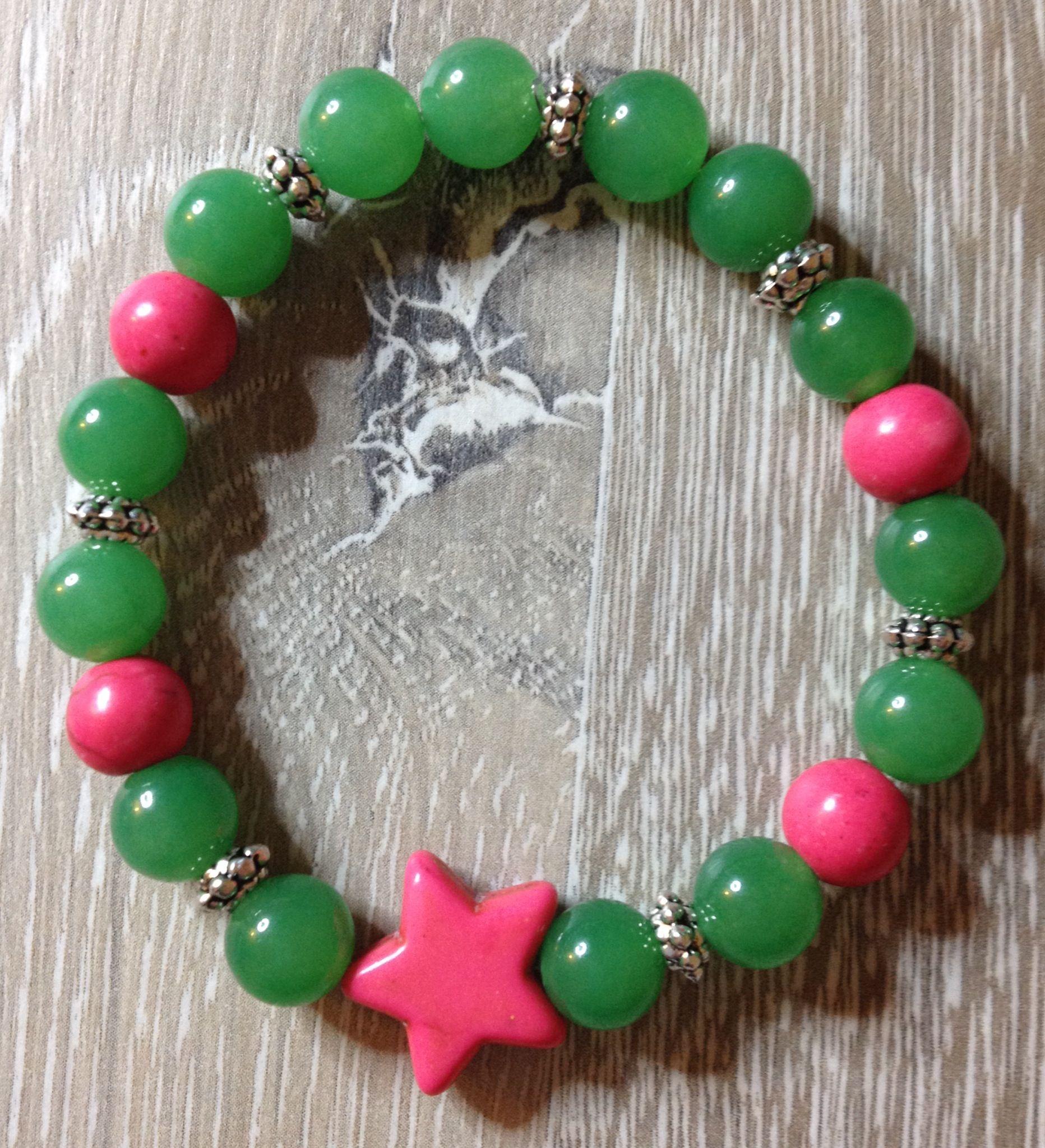 Armband van 8mm groen jade met daartussen m roze howliet, een roze howliet ster en metalen tussenkralen. Te koop bij JuudsBoetiek voor €5,00. Mail naar juudsboetiek@gmail.com om te bestellen. #groen #jade #howliet #roze #ster