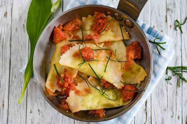 Ravioli mit einer Ricotta-Bärlauchpesto-Füllung mit Tomaten-Sauce