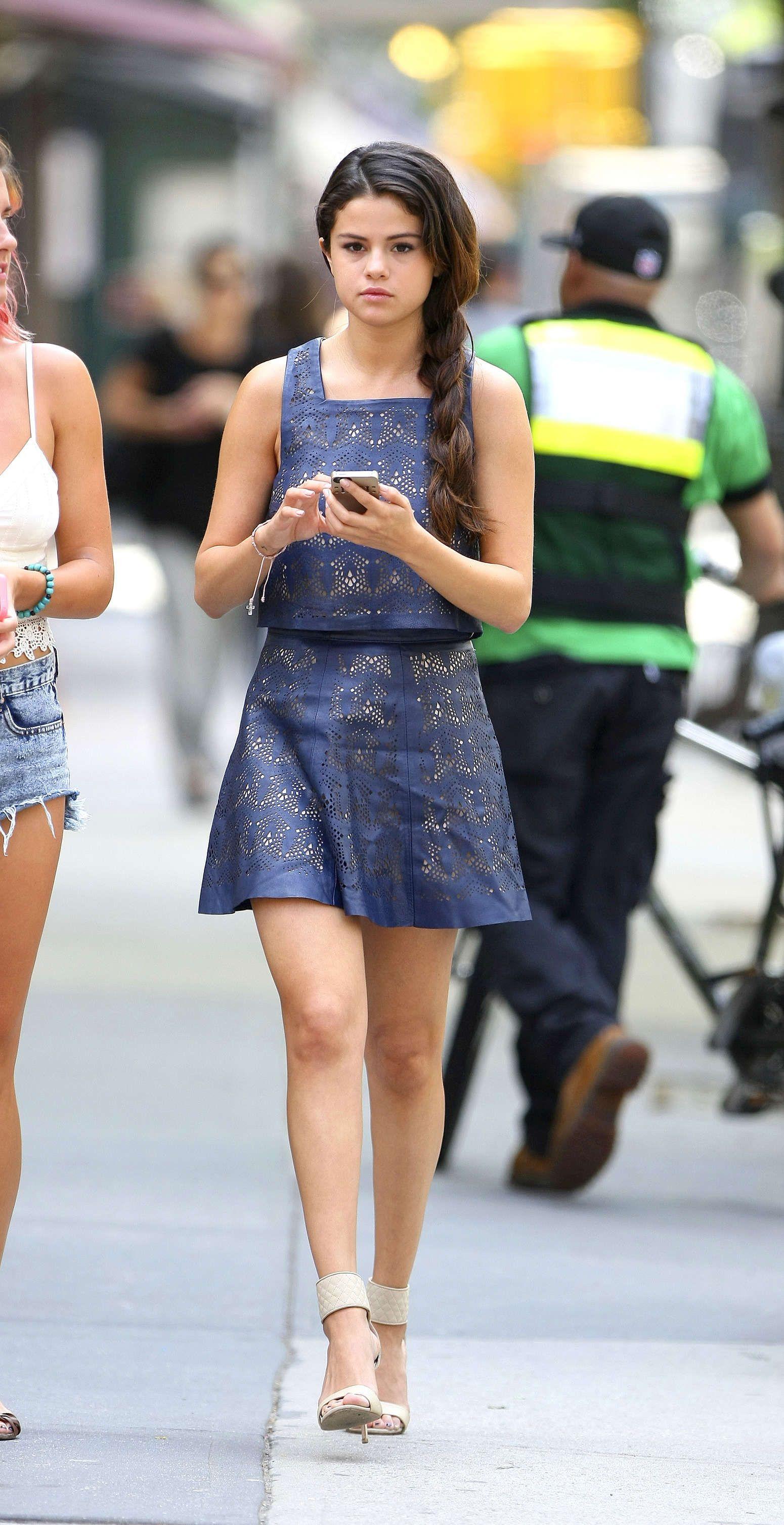Selena Gomez Legs Show X3015