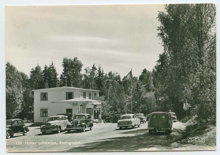 Enningdalen, Holtet tollstasjon på riksgrensen Østfold. 1950 tall. Esso bensinst. gamle biler.  Foto: SEM