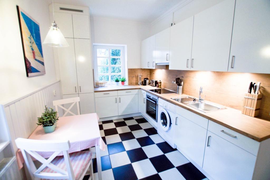 Tolle moderne Küche in Hamburg Ottensen mit schwarz-weißen Fließen - holzdielen in der küche