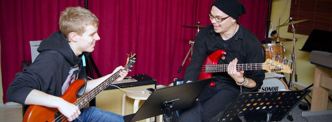 Musiikkikoulu kaikenikäisille alkutaidoista riippumatta läpi vuoden - myös kesällä. Treenitiloja luotettaville bändeille!