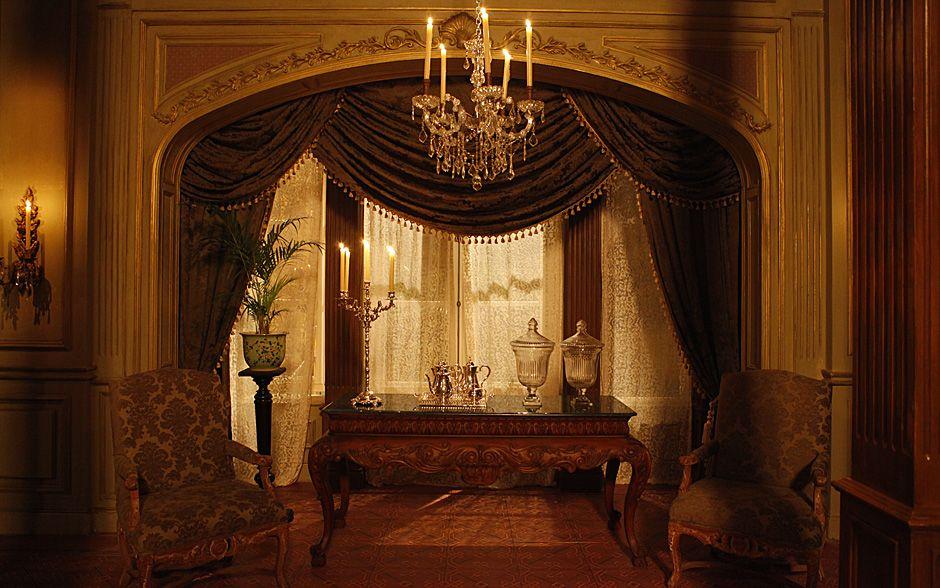 Luxo e elegância! Veja cada detalhe da decoração da casa de ex-baronesa Constância - O aparelho de chá e castiçal de prata ornam o aparador