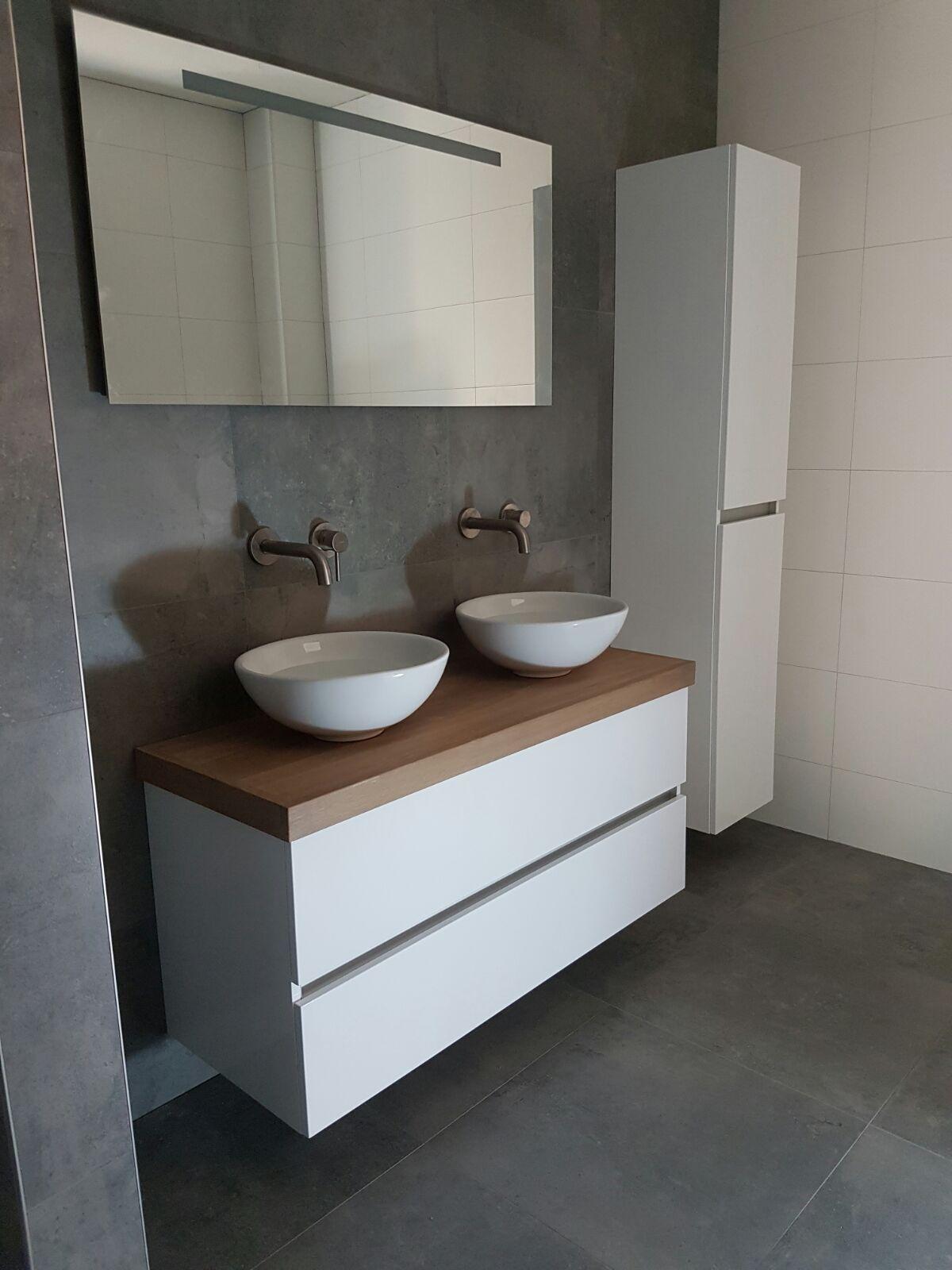 Onze badkamer met VT wonen Loft Grey tegels en een eikenhouten blad ...