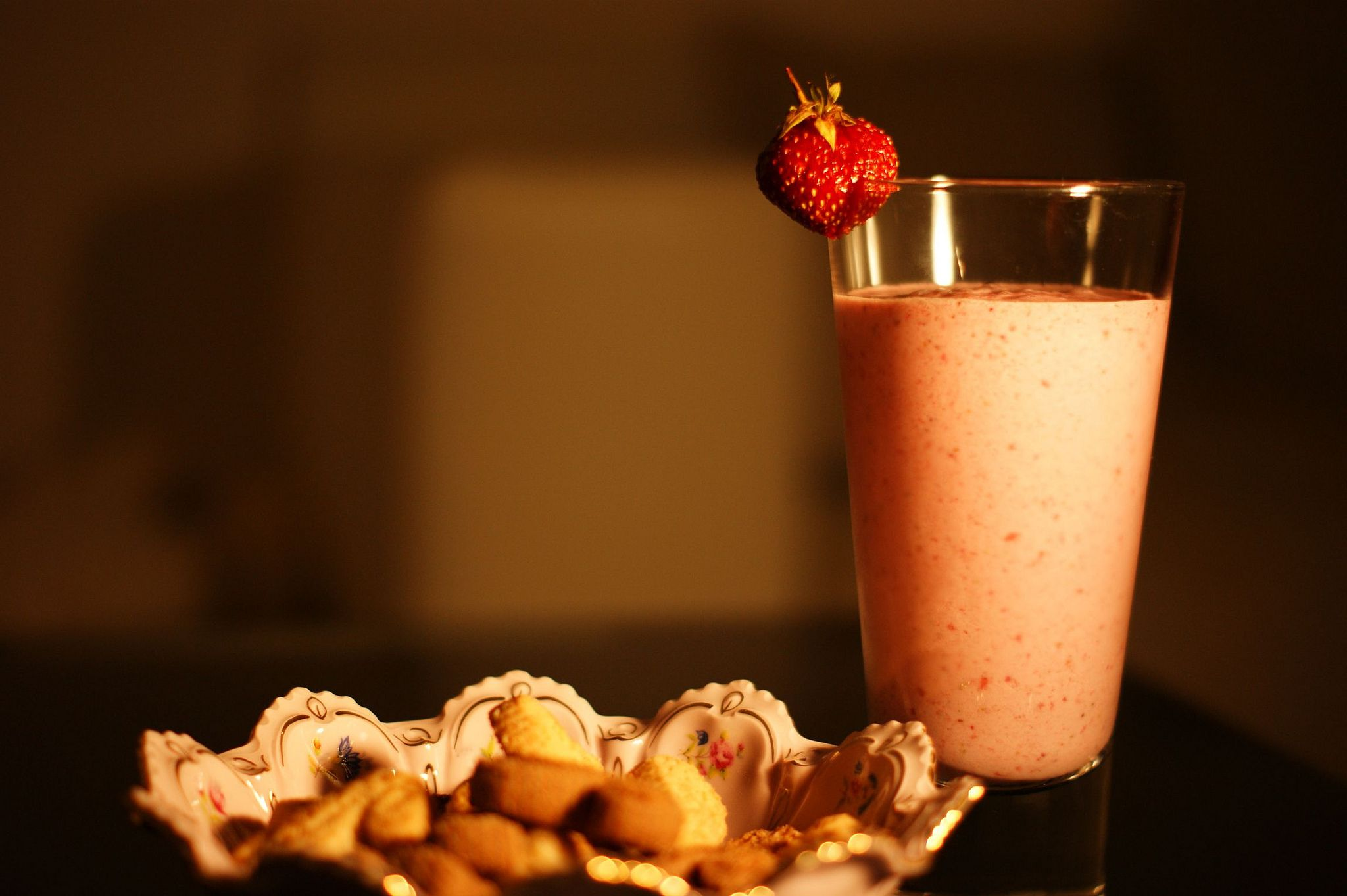 https://flic.kr/p/cbRJ1h | Day 24 - June 5, 2012 | Strawberry smoothie and some cookies.