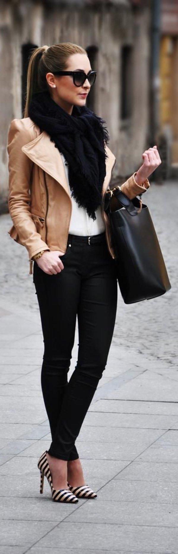 Veste en cuir et chemise en jean
