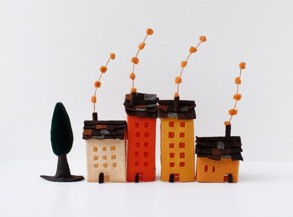 Miniatura de edificios en fieltro con árbol. Decoración, Arte textil.