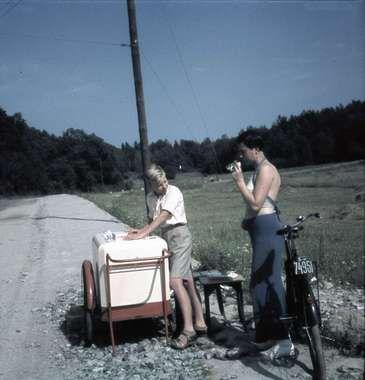 Pojke med kylvagn på landsväg bredvid