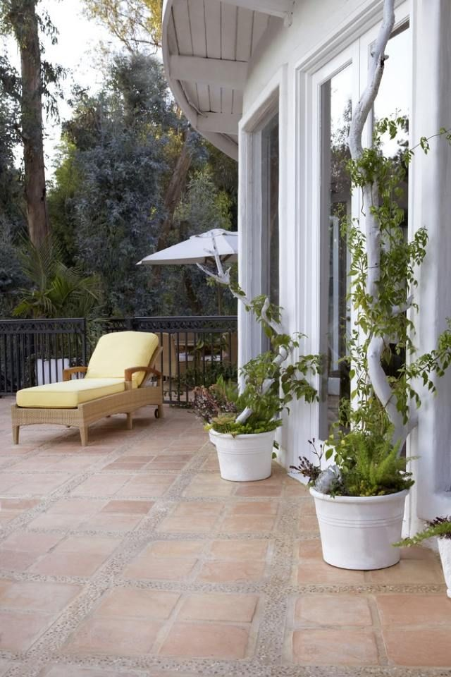 Terrasse Möbel-begrünt Mit Pflanzgefäße-dekorative Rankhilfe ... Kunstvolle Gartengestaltung Ideen