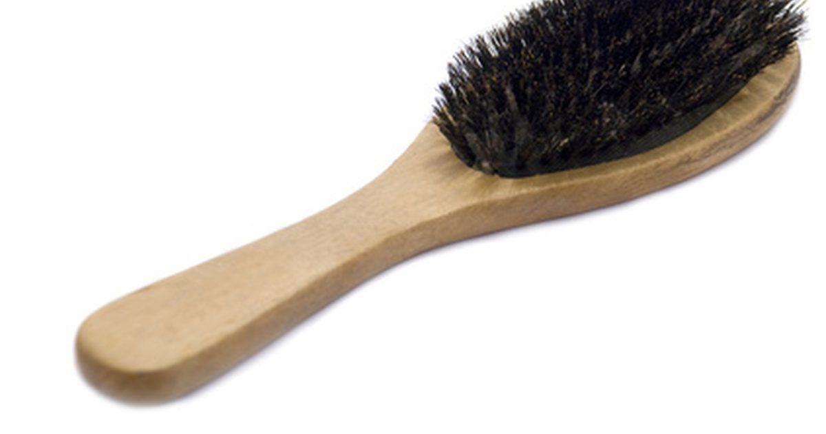 Un cepillo de cerdas de jabalí usa cerdas naturales para mantener el cabello brillante y libre del daño que pueda ocurrir a causa del cepillado. Las cerdas de este tipo de cepillo tienden a estar muy juntas, y su aspereza permite al cepillo eliminar el polvo, la suciedad y otro tipo de ...