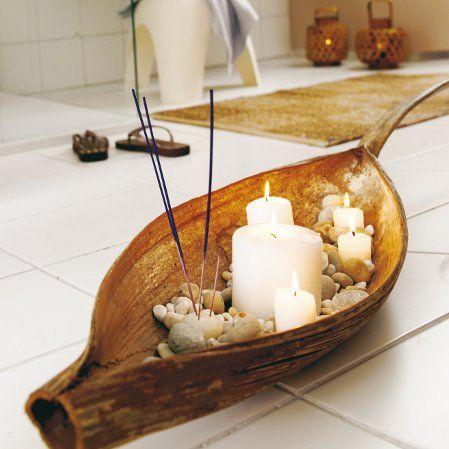 Bananblatt mit Räucherstäbchen und Kerzen Minimalist
